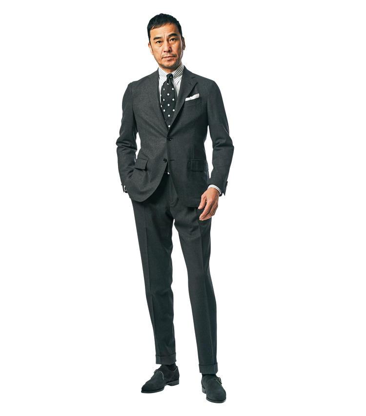 <span style='font-size:1.1em;'><strong>with Dark Gray Suit</strong></span><br />「ビジネスシーンを意識したコーディネート。タイは黒白のドット柄を選択。黒はフレンチテイストを醸し出すのに重要な色。靴ともあいまって、控えめながら新鮮味のあるスタイルを実現できます。」<br /><span style='font-size:0.8em;'>靴は前ページ「クロケット&ジョーンズ」と同じ。スーツ13万6000円/ラルディーニ、シャツ2万3000円/ギ ローバー、タイ1万3000円/ジョン コンフォート、チーフ2800円/ビームスF(以上ビームス 六本木ヒルズ)</span>