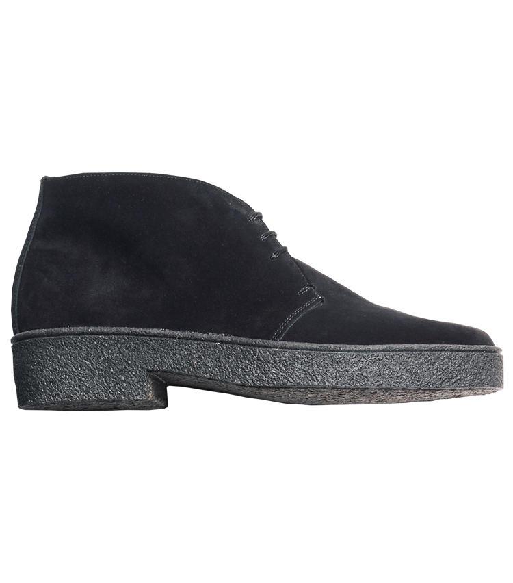 <span style='font-size:1.1em;'><strong>TRICKER'S / トリッカーズ</strong></span><br /><br /><strong>トラッドの名靴を黒スエードで一新</strong><br />マッドガードソールを装着したチャッカブーツ「5265」。ブラウンスエードのイメージが強い靴だけに、黒になると新鮮だ。ソフトなソールは歩き心地も快適で、休日使いに好適。<br /><span style='font-size:0.8em;'>5万5000円(トリッカーズ 青山店)</span>