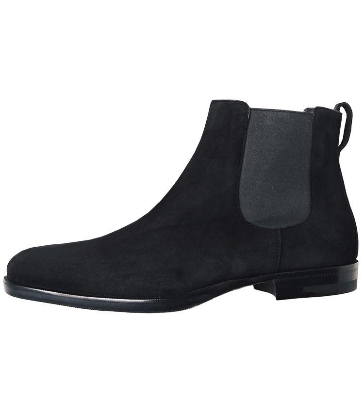 <span style='font-size:1.1em;'><strong>A.TESTONI / ア・テストーニ</strong></span><br /><br /><strong>ドレスパンツにベストなスマートシェイプ</strong><br />伊ボローニャの名門も、黒スエード靴を提案。スラリとしたロングノーズは、パンツの裾幅が広がりつつある今、再注目したいシェイプだ。マッケイ製法で履き心地も軽やか。<br /><span style='font-size:0.8em;'>8万8000円(ア・テストーニ 銀座本店)</span>