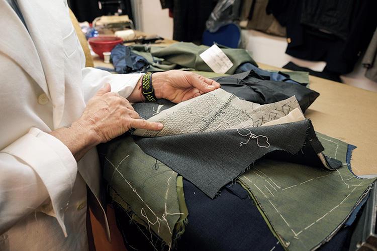 毛芯は4層に重ねて使用。手縫いで丹念に据え、柔らかくも立体的なプロポーションに。