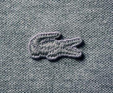 胸元のワニも表地と同トーンゆえ、全体に端整なルックス。伸縮性のあるピケ素材で動きやすさも申し分なし。