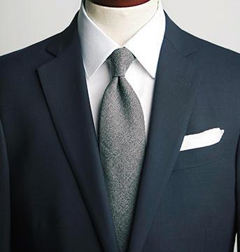 セミワイド襟は万能で端正に装える。