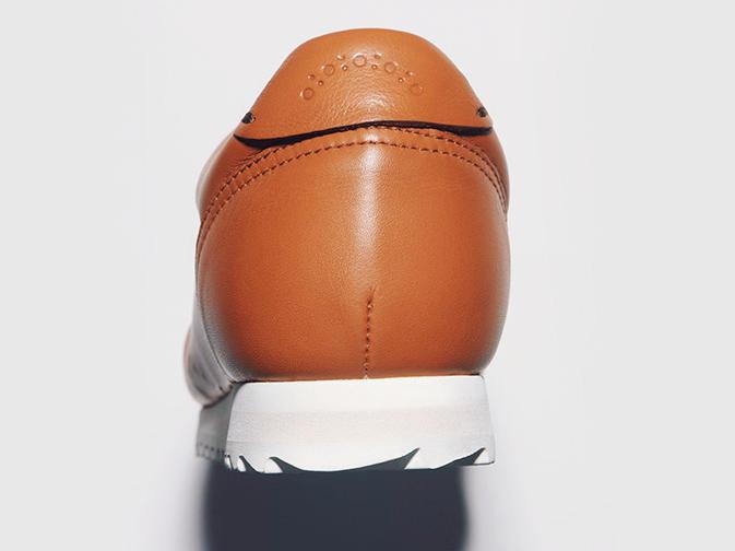 表革はキャメルと白の2種類だが、ソールはいずれも白ゆえアクがなく、サラリと履ける。ウエストの絞りも本格靴風。