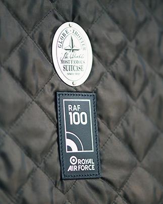 ケースにつけられたRAFの紋章バッジは、世界で初めて創設された空軍のシンボルとして知られ、高い能力、勇気と革新の象徴である。