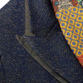 ラペル部分はほんの少し襟裏のジャカードが見えるように重ねられ、デザインのアクセントに。