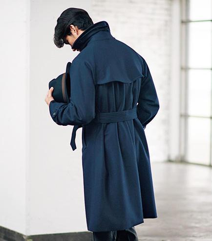 背中には男らしいアンブレラヨークが。身頃にゆとりがあるため、ベルトを縛ると豊かなドレープが生まれ、後ろ姿もエレガント。