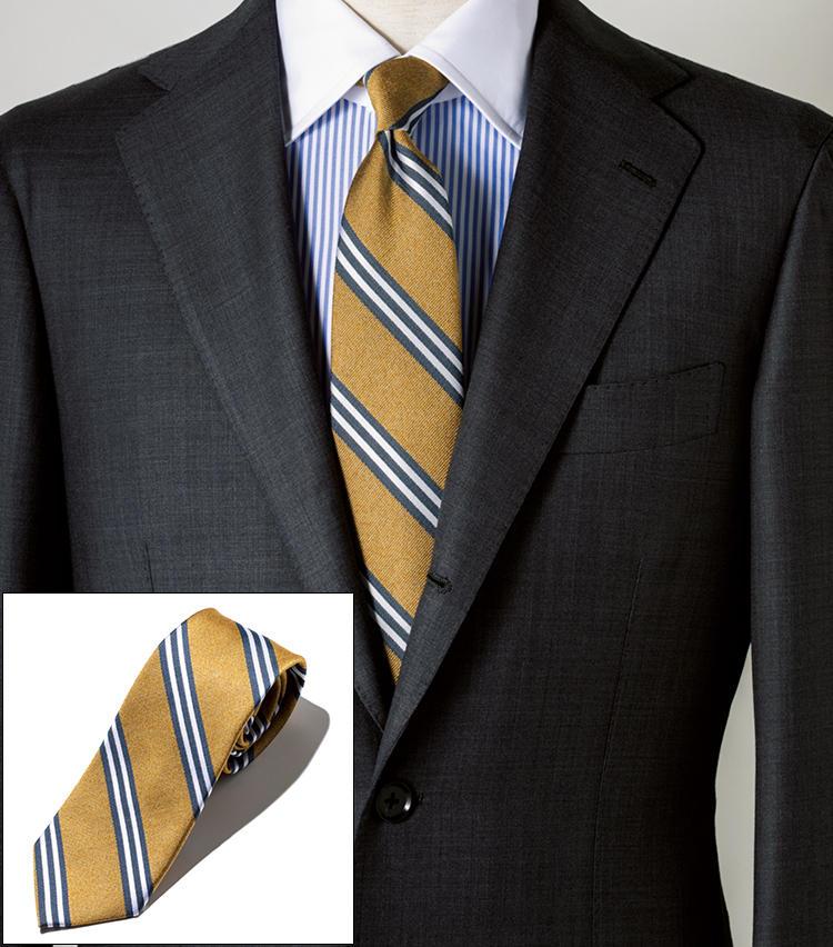 <span style=font-size:1.1em;><strong>FAIRFAX / フェアファクス<br>クレリックでタイのノーブルさを強調</strong></span><br><br>旬のイエローにグレー×白のストライプが映えるタイ。クレリックシャツの身頃のストライプとリンクさせ、ノーブルな印象に。シルクコットン素材。剣先幅8cm。<br><span style='font-size:0.8em;'>タイ1万円(フェアファクスコレクティブ) スーツ18万円/リングヂャケット マイスター 206、シャツ3万6000円/リングヂャケット ナポリ(以上リングヂャケットマイスター206 青山店)</span>