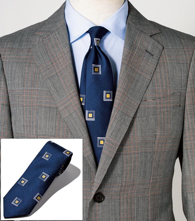 <span style=font-size:1.1em;><strong>LUIGI BORRELLI / ルイジ ボレッリ<br>タイの程よい主張で柄スーツを受け止める</strong></span><br><br>綺麗なネイビーにモダンアートのような趣の柄をジャカードで表現。薄青シャツでつなげば、柄スーツとの馴染みも良く、今らしい新鮮な装いに。シルク100%。剣先幅8cm。<br><span style='font-size:0.8em;'>タイ1万8000円(ビームス ハウス 丸の内) スーツ11万5000円/バーニーズ ニューヨーク(バーニーズ ニューヨーク) シャツ3万4000円/ルイジ ボレッリ(バインド ピーアール)</span>