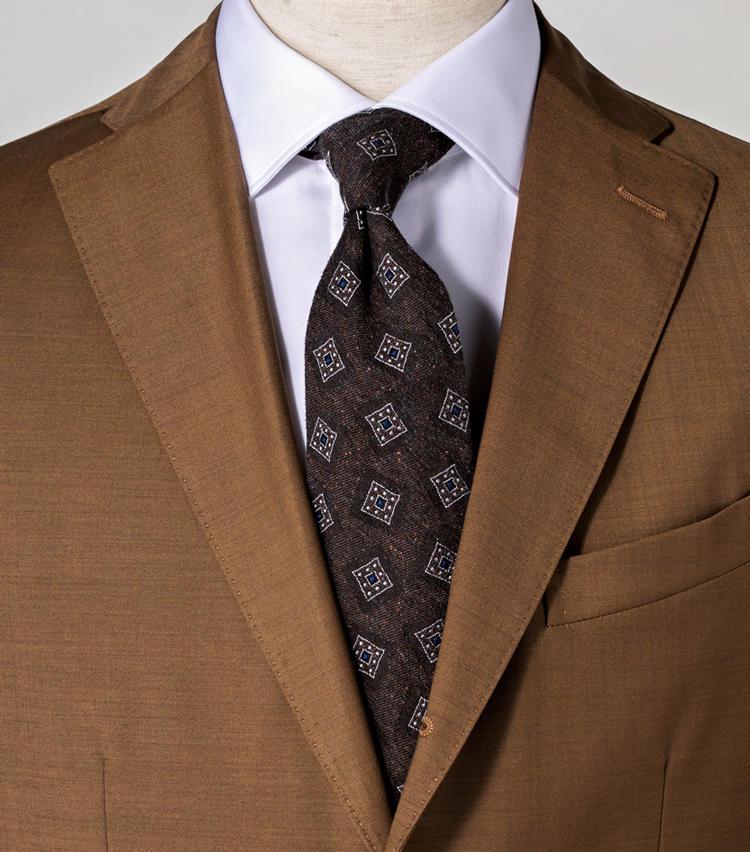 <span style=font-size:1.1em;><strong>ブラウンでまとめつつ白シャツでタイを際立てる</strong></span><br><br>タイとスーツを同系色でまとめつつ、白シャツにすることでメリハリを。<br><span style='font-size:0.8em;'>タイ1万2000円/アルテア(ビームス 六本木ヒルズ) スーツ14万円/ボリオリ(ボリオリ 東京店) シャツ2万1000円/バーニーズニューヨーク(バーニーズ ニューヨーク)</span>