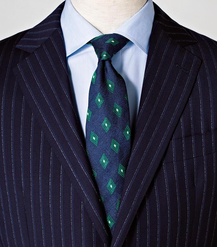 <span style=font-size:1.1em;><strong>鉄板ブルーグラデにタイの柄でアクセントを</strong></span><br><br>鋭い幾何学柄と鮮やかな緑が新鮮さを加味。<br><span style='font-size:0.8em;'>タイ1万6000円/フランコ バッシ(ユナイテッドアローズ六本木ヒルズ店) スーツ11万5000円/バーニーズニューヨーク(バーニーズ ニューヨーク) シャツ3万4000円/ルイジ ボレッリ(バインド ピーアール)</span>