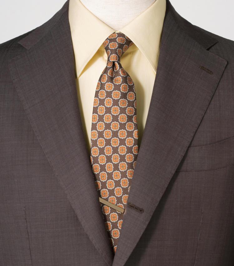 <span style=font-size:1.1em;><strong>茶系と好相性なイエロー系こそ差しやすいカラーシャツ</strong></span><br><br>暖色系でまとめた親近感ある装い。<br><span style='font-size:0.8em;'>スーツ8万円/ブリッラ ペル イル グスト(ビームス 六本木ヒルズ)シャツ4万3000円/ワンハンドレッド ハンズ(トゥモローランド) タイ1万2800円/カラブレーゼ(シップス 銀座店) タイバー〈スタイリスト私物〉</span>