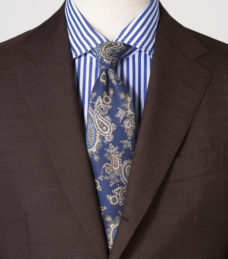 <span style=font-size:1.1em;><strong>同色縞のシャツで馴染ませた貫禄ある大柄ペイズリー</strong></span><br><br>大柄ペイズリーのエレガンスをブラウンスーツの柔らかい装いのスパイスに。<br><span style='font-size:0.8em;'>スーツ8万8000円/ビームスF、シャツ2万4000円/エリコ フォルミコラ(以上ビームス 六本木ヒルズ) タイ4800円/ザ・スーツカンパニー(ザ・スーツカンパニー 銀座本店)</span>