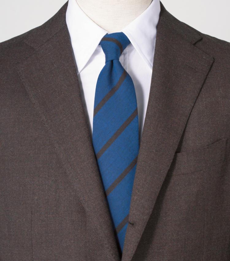 <span style=font-size:1.1em;><strong>鮮やかブルーを主役に立てる2色に絞った色合わせ</strong></span><br><br>タイを茶とブルーの2色のものにすることで、ブラウン以外の色を主役に。<br><span style='font-size:0.8em;'>ジャケット2万9000円/ユニバーサルランゲージ(ユニバーサルランゲージ 渋谷店)シャツ4万2000円/バグッタ(トレメッツォ) タイ1万6000円/ステファノ ビジ(バインド ピーアール)</span>