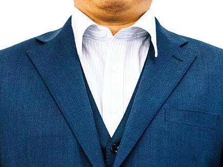 <span style=font-size:1.1em;><strong>【Before】<br />普段はほとんどノータイ</strong></span><br />普段はスーツにノータイが一番多いそうで、スーツは着慣れている。「もう少しコンパクトなサイズ感のジャケットを着てタイドアップすると、スーツがより立体的になり格好よくなるはず」(森岡さん)
