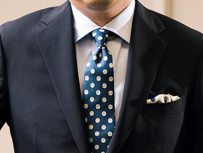<span style=font-size:1.1em;><strong>【After】<br />全体を締まった印象にプレーンノットはタイトに結ぼう</strong></span><br />「スーツ、シャツを、もっとコンパクトで肩のラインに合うサイズを意識すると、立体的に装えて◎。ノットをきゅっと締めたプレーンノットにするだけで、生き生きした印象が生まれます」(森岡さん)