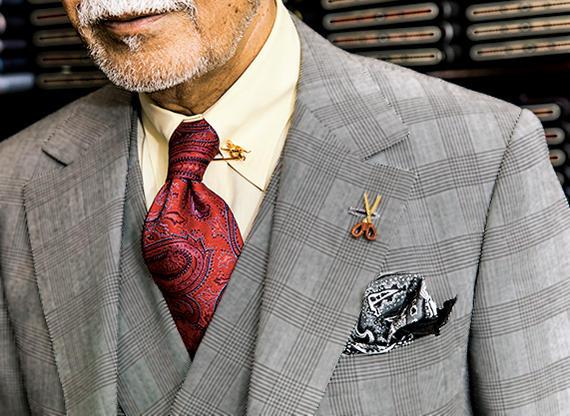 <b>英国の正統派スーツには正統派の装いを</b><br /><br />淡イエローのシャツにシルクの光沢が華やかなボルドータイを。安全ピン型カラーバーで襟元を引き締める。ゴールドならクラス感も◎。