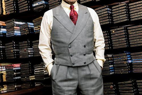 <b>上下を隙間なく繋げるのが三つ揃いのルール</b><br /><br />ウエストコートの裾からベルトやシャツが見えてしまってはいけない。腰骨より少し上の位置にウエストラインを合わせるのが正統だ。