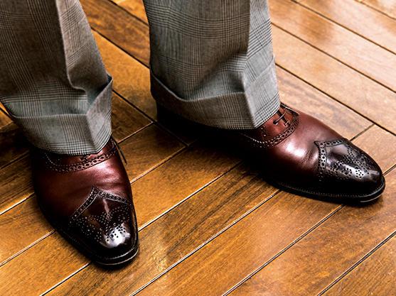 <b>パンツの丈は裾幅によって変える</b><br /><br />トレンド性も考慮するが、トラウザーズの丈は裾幅によって調整している。これは裾幅が21.5cm。ハーフクッション入る長さが今は◎。