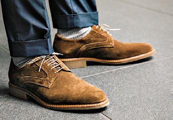 足元も馴染みのよいカラースエードで全身が浮かないように<br><span style='font-size:0.8em;'>靴5万6000円/パラブーツ(パラブーツ青山)</span>