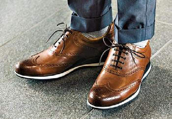 ドレス靴顔のレザースニーカーで足元を程よく軽快に<br><span style='font-size:0.8em;'>靴4万2000円/パラブーツ(パラブーツ青山)</span>