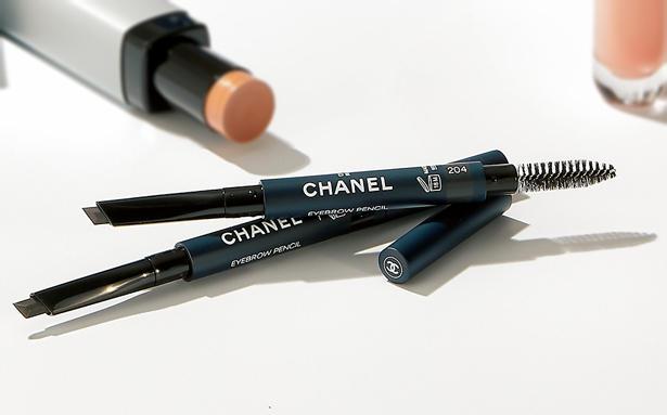 <figcaption>ボーイ ドゥ シャネル アイブロウ ペンシル 5000円(シャネル)</figcaption><br/><span style='font-size:1.1em;'><strong>Chanel / シャネル</strong></span><br /><strong>顔のフレーム'眉'でメリハリを作る!</strong><br/>小さい目や加齢による瞼の下垂があると生気のないぼんやりした印象になりがち。男性の場合、眉の毛流れを整え、やや長めに眉を描き足すことで目回りの輪郭がしっかりして、若々しい目力を養える。初心者にはグレーがお勧め。全3色。