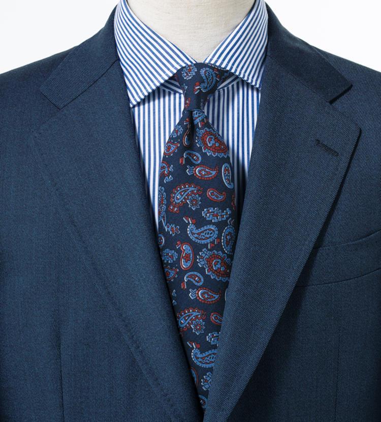 シャープ感あるネイビーコーデにペイズリーがほんのり華やぎを注入。<br/><span style='font-size:0.8em;'>スーツ6万1500円〈オーダー価格〉/麻布テーラー、シャツ6000円/麻布ザ・カスタムシャツ(以上麻布テーラープレスルーム)</span>