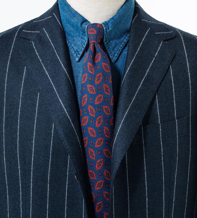 ブルーのトーンで揃えたところにヴィンテージ調の赤い小紋が絶好のアクセントに。<br/><span style='font-size:0.8em;'>スーツ25万4000円/サルトリオ(エストネーション) シャツ2万3000円/ギ ローバー(バインド ピーアール)</span>