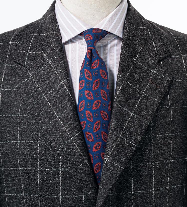 茶のチェックスーツと合わせれば一層粋な印象。クラシックなスーツに親しみを足したい時にももってこい。<br/><span style='font-size:0.8em;'>スーツ11万1000円/ラトーレ(コロネット) シャツ3万2000円/バグッタ(トレメッツォ)</span>