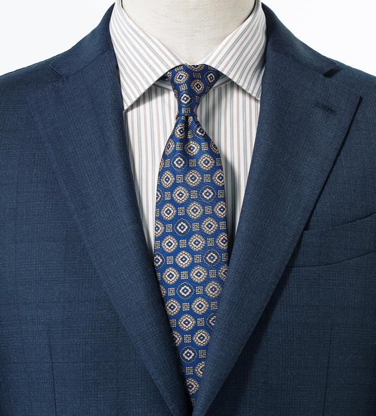 淡いシャツの縞がスーツとタイを巧みに橋渡し。<br/><span style='font-size:0.8em;'>スーツ9万9000円/エルビーエム 1911(トヨダトレーディング プレスルーム) シャツ1万5000円/エストネーション(エストネーション)</span>