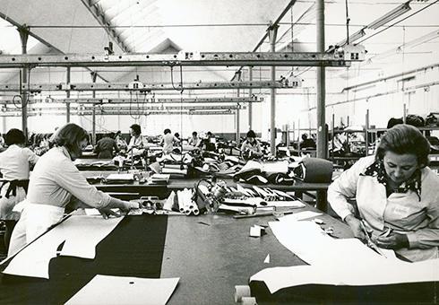 地域住人達の労働環境を整え、作り手からも愛される服作りを行っている。