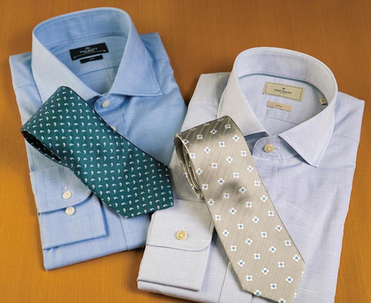 コットンリネンシャツ×ゴールドの小紋タイ(右)やブルーのグレンチェックのシャツ×ペイズリー小紋タイ(左)でタイドアップも軽やかな印象に。<figcaption>(右)シャツ2万7000円、タイ1万5000円、(左)シャツ2万円、タイ2万円/以上ハケット ロンドン(ハケット ロンドン 銀座)</figcaption>