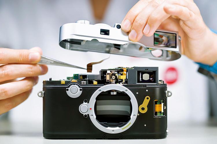 写真はトップカバーを取り付ける前にコンタクトを接続しているところ。この後、厳しい品質試験が実施され、高品質・高機能のライカ製品として出荷されていく。