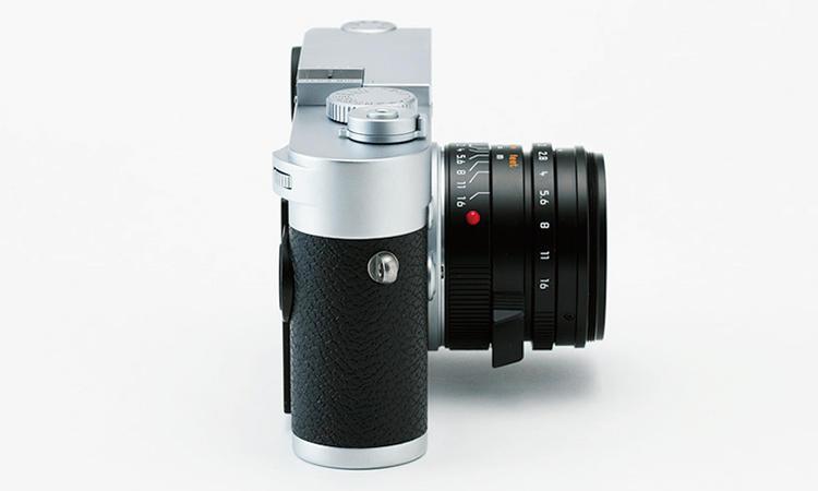 トップカバーの奥行きがわずか33.75mmと、M型フィルムカメラと同等サイズ。これまでのM型デジタルカメラの中では最もスリムで、手に程よくフィットするサイズ感を実現。