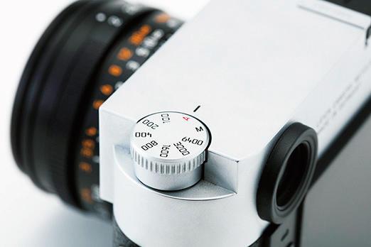 ISOクリックダイヤルをトップカバーに設け、ISO感度を含め、フォーカス、絞り値、シャッタースピードなどの撮影に必要な全ての要素がメニュー画面を呼び出すことなく設定可能。