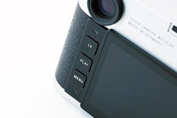 カメラ背面の操作部は十字キーとプレイ、ライブビュー、メニューの3つのボタンのみ。撮影に必要な設定機能にすぐにアクセスできるという直感的な操作性を高めている。