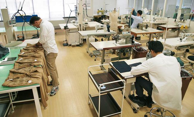 ユナイテッドアローズ本社の構えるアトリエ。ここでは知識と経験豊富な専属スタッフが、パターンや副資材などあらゆる要素の研究・開発に携わる。