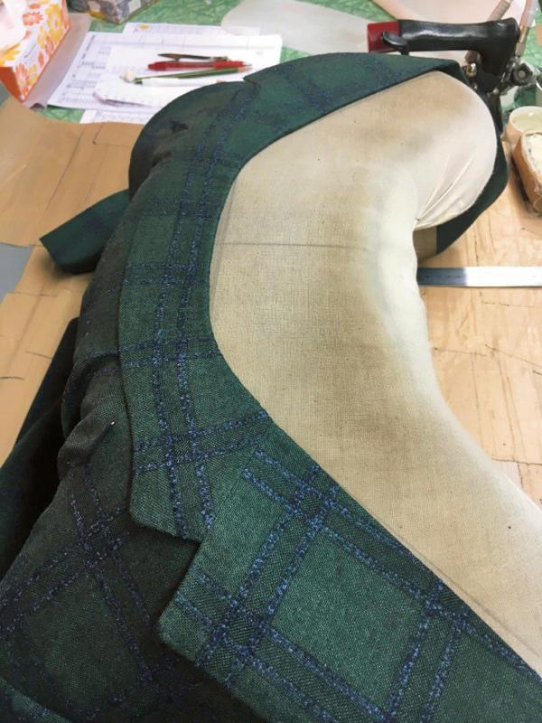 一枚の平坦な上衿を何度も少しずつ変形させて湾曲させる��衿殺し?の作業。通常この工程には2分程しかかけないが、この工場ではその4〜5倍の時間をかける。