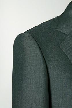 <strong>前肩に振り柔らかなショルダーの仕立て</strong><br>身体が動いた時に、上着も追従するが、肩に柔らかさがあり、可動域が広がっているため、洋服が身体の動きの抵抗にならない。