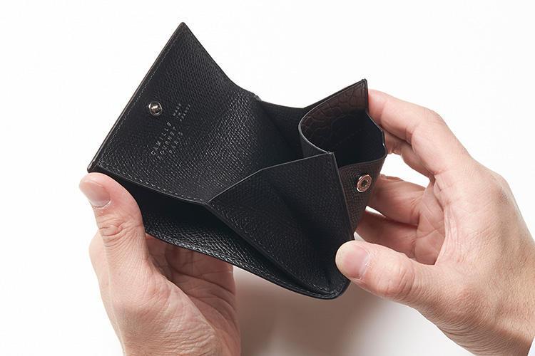 (同・開いたところ)<br />手前にはフラップポケット。サイドには紙幣を折り畳んで、小銭とは別に収納ができる。