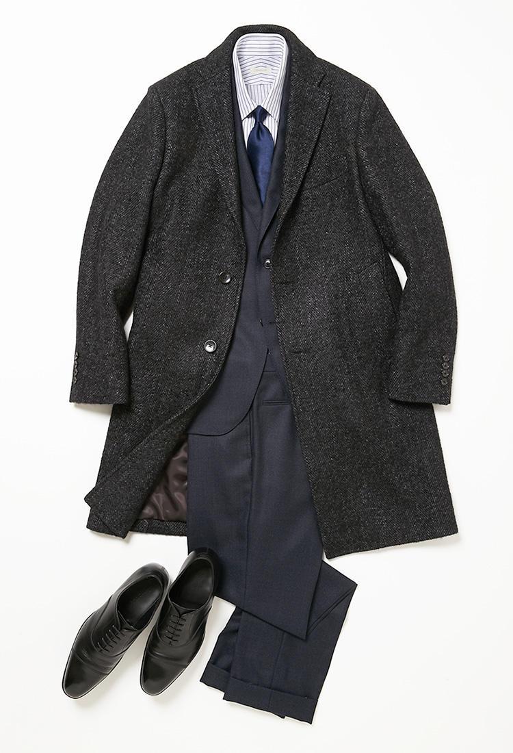 <b><font color=red>DESIGNWORKS</font><br />忙しい師走の月曜日はネイビースーツで気合注入</b><br />多忙を極める師走の月曜日は、紺のスーツで気持ちを引き締めて好スタートを切ろう。 <br />「会議も多い月曜日は、隙のないビジネススタイルがおすすめです。定番の紺スーツを中心に、紺のストライプシャツ、紺のネクタイと、紺づくしでまとめれば、慌ただしい週明けの朝もコーディネートが迷いなく決まり、清潔感のある身嗜みを瞬時に作ることができます。これに羽織ったのは、今回唯一のアウターとして選んだチェスターコート。落ち着いたグレーのヘリンボーン織りと品格を感じるシルエットが、あらゆるビジネススタイルに万能です」(プレス大橋 渡さん)。 <br /><a class='u-link--ex' href='https://www.mens-ex.jp/fashion/feature/181203_9662.html' target='_blank'>コーディネートの詳細はこちら</a>