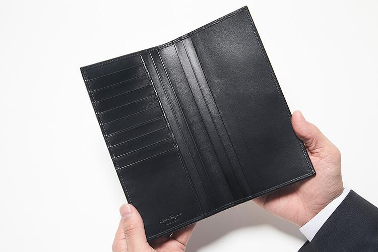 同・開けたところ<br />コインケーズを省いた設計はキャッシュレス決済の時代には最適。カードストロットは9枚分、スリットポケットは左右に3箇所ずつ計6箇所配置。
