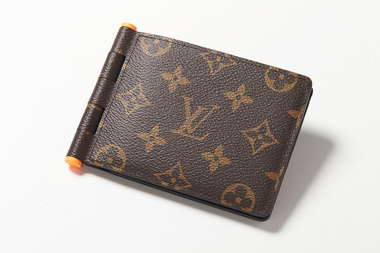 <strong>LOUIS VUITTON/ルイ・ヴィトン</strong><br />プラスチックヒンジを採用した新作財布「ポルトフォイユ・ミュルティプル ヒンジ」は、2つ折り財布としては画期的なデザイン。メンズ アーティスティック・ディレクターに就任したヴァージル・アブローのツールボックスから着想を得たものだ。縦9×横11.5×マチ1.5cm。7万8000円(ルイ・ヴィトン クライアントサービス)