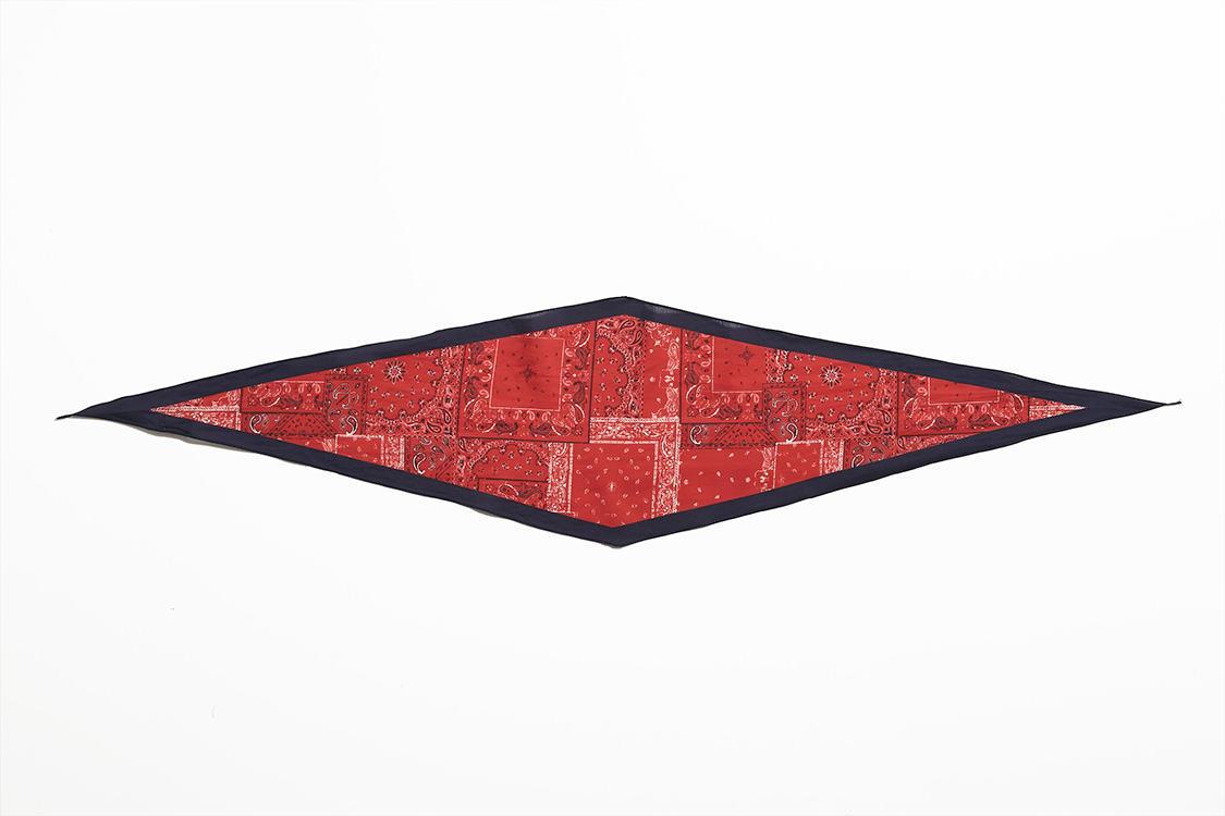 コットン80%+シルク20%でサラリとした巻き心地。スカーフ各7800円/アルテア(アマン)