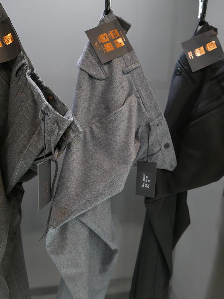 <b>ブリリア1949</b></br>一見、グレイウールのドレスパンツのようでいて、実はウォッシャブルやストレッチなどの機能性を持つパンツも多い。