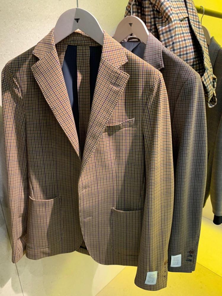一見ウーリーな英国的なチェックジャケットも、もちろんボンディング素材!