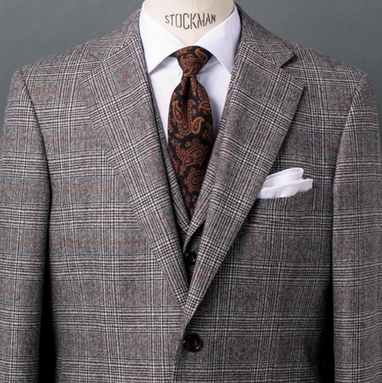 <b>6.英国調に新味を添える黒ペイズリーの艶っ気</b><br />クラシックな英国調が引き続き旬の今季、こういうグレンプレイド柄のスーツが各店頭で目立つ。ここにペイズリータイを合わせるのは王道だが、それがご覧のような黒ベースなら一気に新鮮な雰囲気に。正統派のブリティッシュとは一味異なる、モダンな艶気を醸し出している。クラシックをさりげなくアップデートするのも、今の気分といえよう。