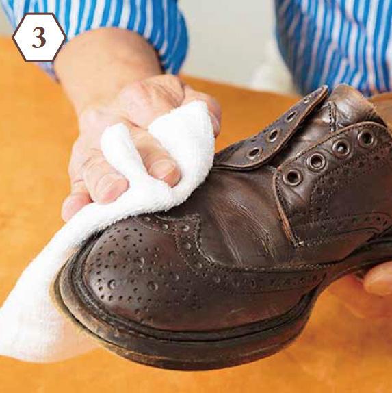 <b>手順3:余分なクリームを除去</b> 「あまりゴシゴシこすらず優しく。クロスは磨き用のネル生地よりもパイル地などが好適」
