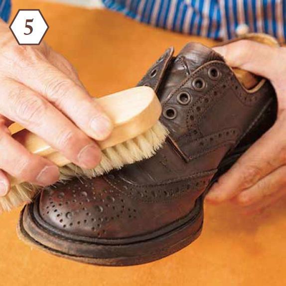 <b>手順5:ブラシでクリームを馴染ませる</b> 「硬めの豚毛ブラシを使って全体をブラッシング。これでクリームを均等に馴染ませます」