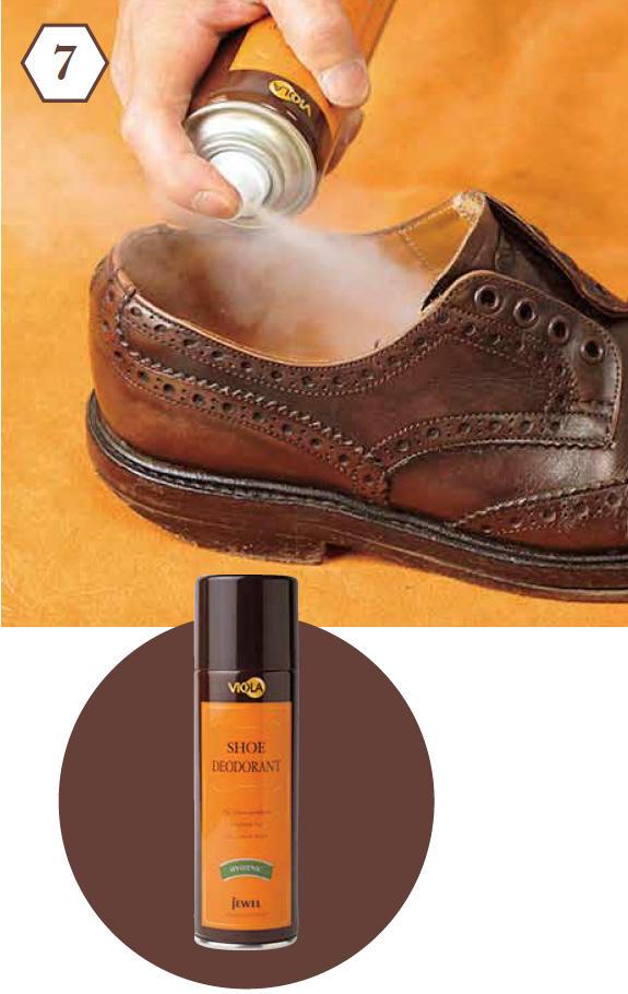 <b>手順7:デオドラントスプレーを噴く</b> 「あまり目がいきませんが、靴の中もしっかり手入れ。日常ケアとして除菌・消臭スプレーを」<br><b>除菌・消臭に効果的</b> 「イオン活性剤と緑茶フラボノイドで雑菌を除去、ニオイも分解してくれます」デオドラントスプレー1000円/ヴィオラ(ジュエル)