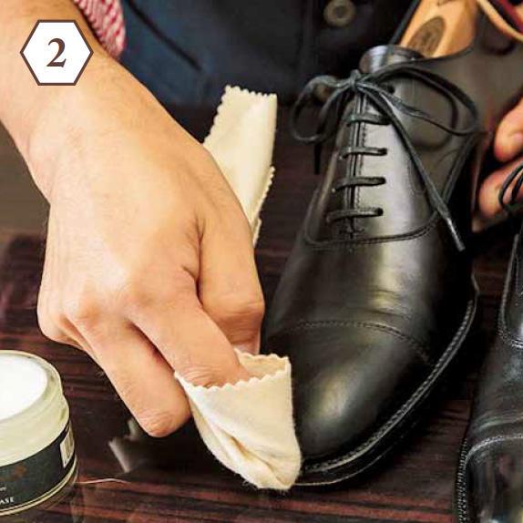 <b>軽くふき取る</b> 「数分おき、ベースで革の毛穴が塞がったら、ポリッシュウォーターを含ませた布でふき取りを」